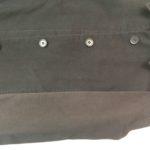 黒いジャケットの袖が赤く変色